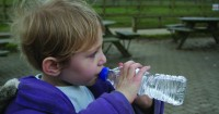 3. Biasakan minum air mineral