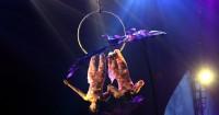 1. Memadukan aksi sirkus tradisional teknologi modern