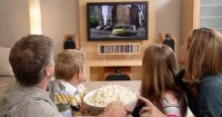 4. Menonton film bersama sofa nyaman