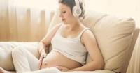 4. Bernyanyi mendengarkan musik
