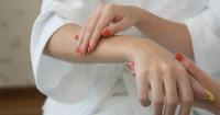 1. Melembapkan kulit