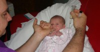 2. Menggunakan jari (finger feeding)