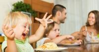 3. Biasakan makan meja makan