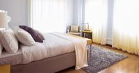 2. Gunakan warna-warna netral kamar