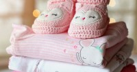 3. Bayi mengenakan pakaian berlapis