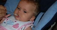 4. Menggunakan sendok (spoon feeding)