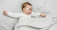 5 Cara Mengatasi Kebiasaan Mengigau Saat Tidur si Kecil
