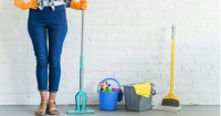 5. Bersihkan lantai kamar