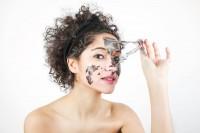 4. Gunakan exfoliator saat mencuci muka
