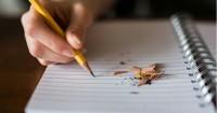2. Berlatih memegang pensil