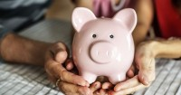 5 Tips Mengenalkan Uang Anak