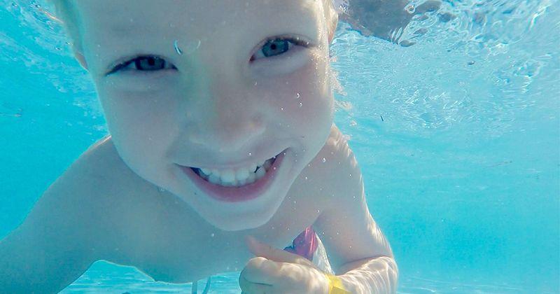 2. Berenang membuat otot tulang punggung meregang saat dalam air