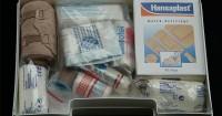 1. Menyiapkan peralatan medis