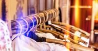 3. Gunakan baju lama dalam membersihkan kaca