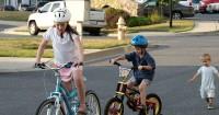 5. Pastikan keamanan anak saat bersepeda