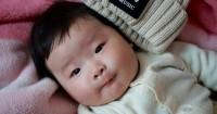 2. usia 6 bulan, bayi bisa mengoceh menjawab suara mama