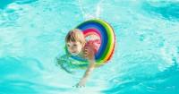 5 Cara Tepat Atasi Kulit Anak Belang Setelah Berenang