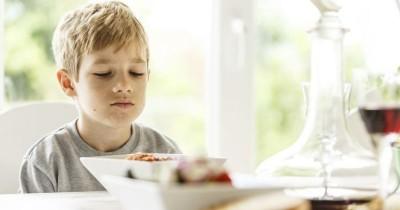 Bahaya Memberikan si Kecil Makan dengan Cara Dipaksa