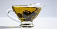 4. Oleskan minyak zaitun