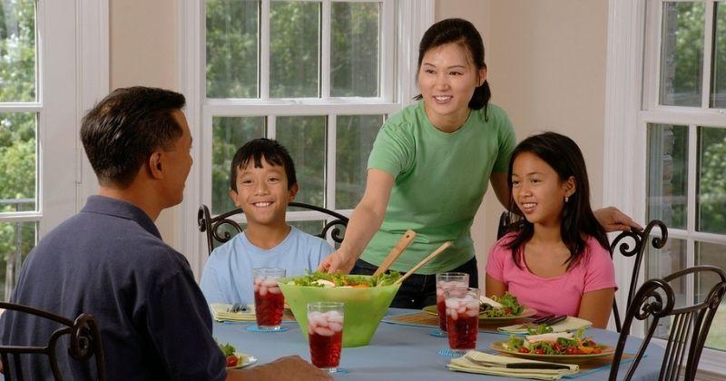 2. Menjadikan makan sebagai waktu keluarga