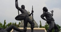 3. Melihat monumen serta patung pahlawan