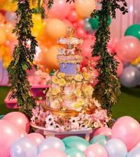 6. Kue ulang tahun dipenuhi bunga
