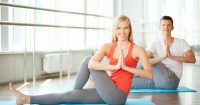 2. Rutin berolahraga ringan seperti latihan pernapasan, stretching, yoga, atau meditasi