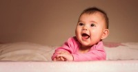 Haruskah Mama Khawatir Jika Bayi Merangkak Mundur