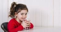 5 Manfaat Positif Rutin Minum Air Putih Anak-Anak