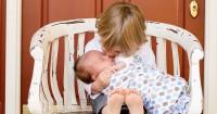 1. Saat si Kakak keluarga bertemu bayi pertama kalinya