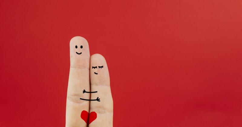 1. Mainkan organ intim suami menggunakan tangan istri
