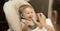 6. Senyum saat diberi makan