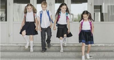 Agar Postur Anak Tidak Bungkuk, Ini yang Harus Diperhatikan