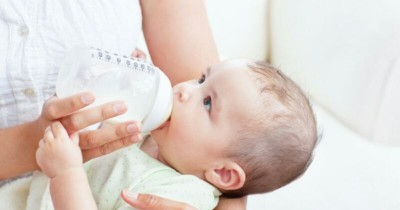 Efektif Cegah Dehidrasi, Namun Kapan Bayi Boleh Minum Air Putih