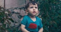 Hal Baik Saat Anak Dibiarkan Memakai Baju Sendiri