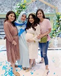 3. Para sahabat ikut menebak jenis kelamin anak pertama dari Tasya Kamila