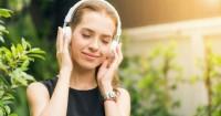 4. Mendengarkan musik