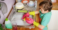 1. Mencuci peralatan makanan sendiri