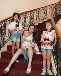 1. Mengumumkan kehamilan anak ketiga bulan Maret