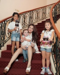 1. Celine Evangelista kompak gunakan baju putih ketiga anaknya