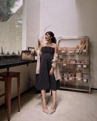 3. Lagi, polka dress dipadukan kemeja oversize