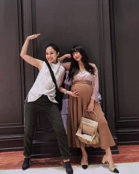 7. Show your baby bump with loose skirt