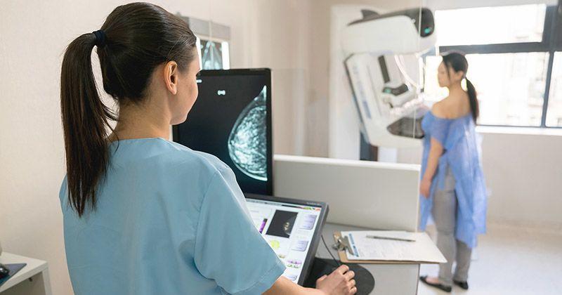 6. Melakukan pemeriksaan payudara
