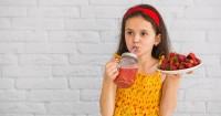 5. Tawarkan air minum