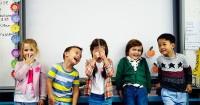 1. Ajarkan anak agar mau bersosialisasi teman sebaya