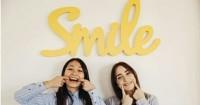 5. Tersenyum