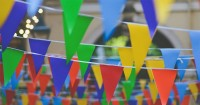 2. Dekorasi ulang tahun hiasan bendera warna-warni