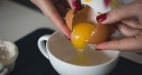 6. Pecahkan telur lihat warna tekstur putih telur