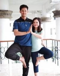 5. Kompak melakukan prenatal yoga bersama pasangan