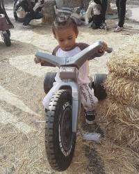 1. Saint sedang berusaha mengayuh sepeda